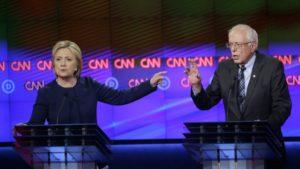 Fotografía de archivo del 6 de marzo de 2016 de la entonces precandidata presidencial demócrata Hillary Clinton y su rival