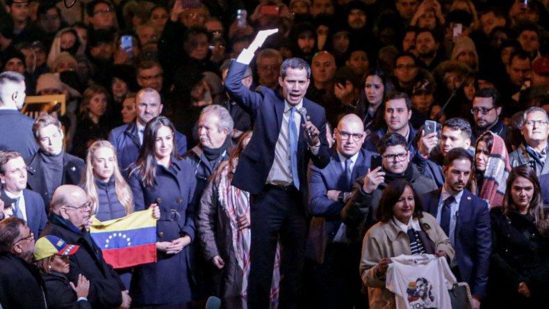 Guaidó llama a la acción en un encuentro con la diáspora venezolana en la Puerta del Sol. Los manifestantes han gritado Sánchez traidor por no reunirse con Guaidó