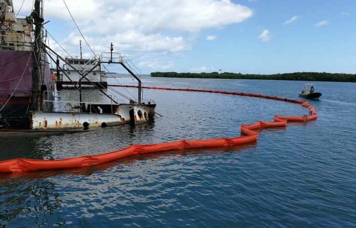 extraen petróleo tras hundimiento de embarcaciones