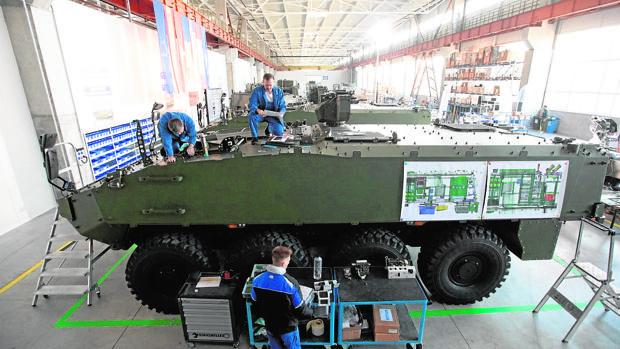 Construcción del 8x8 Piraña 5 para el Ejército de Rumanía, en una fábrica de ese país