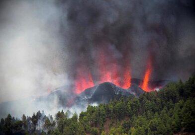 Erupción de un volcán deja varias casas quemadas en España