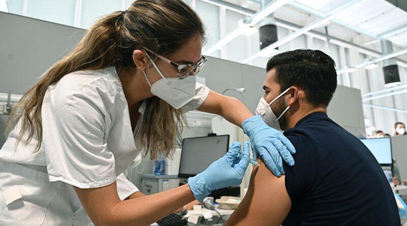 Salud reanuda vacunación para jóvenes este lunes